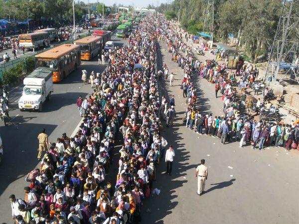 दिल्ली-यूपी बॉर्डर पर लोगों की लगी भीड़। - Dainik Bhaskar