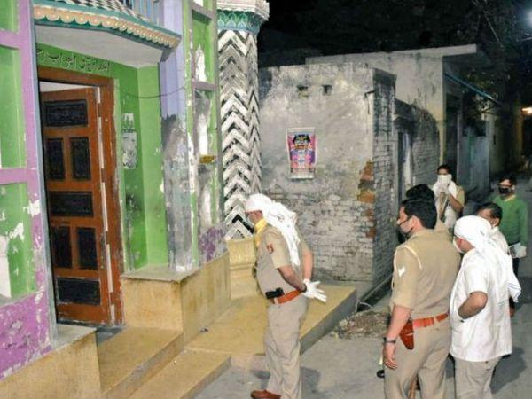 मस्जिद के बाहर खड़े पुलिसकर्मी। - Dainik Bhaskar