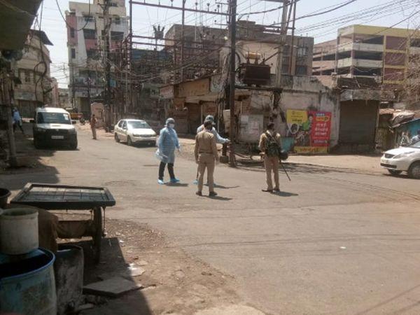 कोरोनावायरस से सबसे ज्यादा प्रभावित रानीपुरा क्षेत्र में लोगों का परिक्षण करने पुलिस के साथ पहुंची स्वास्थ्य विभाग की टीम। - Dainik Bhaskar