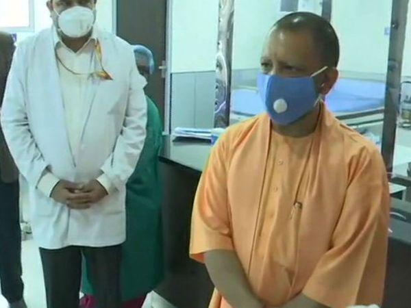 सीएम योगी ने मंगलवार को गाजियाबाद में संतोष मेडिकल कॉलेज का निरीक्षण किया। - Dainik Bhaskar