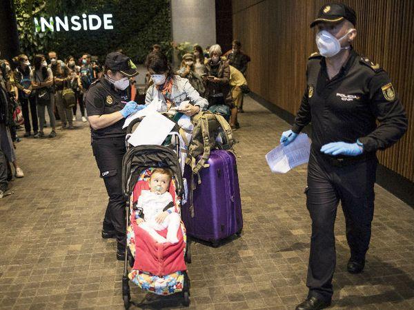 पेरु के एयरपोर्ट पर फंसी स्पेन की इसाबेल और उनका 11 महीने का बेटा। उन्हें और अन्य लोगों को स्पेन भेजा जा रहा।