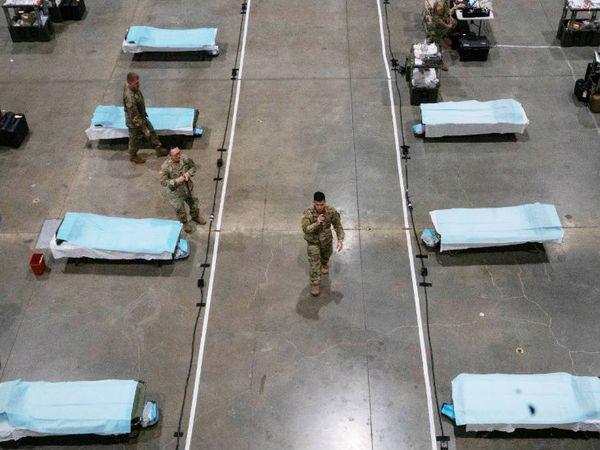 अमेरिकी सैनिकों ने मंगलवार को न्यूयॉर्क के सिएटल में फील्ड हॉस्पिटल बनाया। राज्य में 75 हजार से ज्यादा संक्रमित हैं। देश में यह कोरोना का एपिसेंटर बन गया है।
