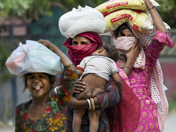 दिल्ली से सीमावर्ती राज्यों के मजदूरों का पलायन अभी भी जारी है।