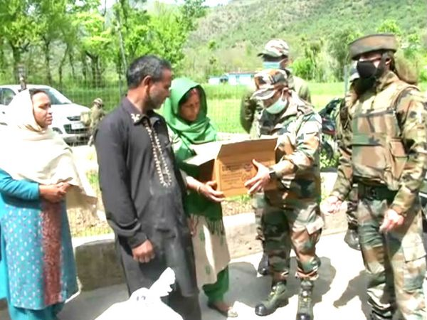 जम्मू-कश्मीर के पुंछ में सेना के जवानों ने घर-घर जाकर खाने का सामान बांटा।