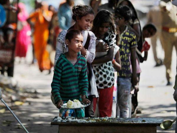 लॉकडाउन के दौरान प्रयागराज में सामाजिक संगठन गरीबों को खाना बांट रहे हैं।