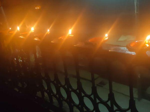 भोपाल में घर के बाहर दीये जलाकर लोगों ने एकजुटता का परिचय दिया।