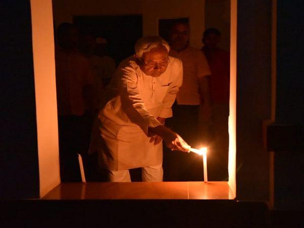 बिहार के मुख्यमंत्री नीतीश कुमार ने अपने आवास की खिड़की पर मोमबत्ती जलाई।