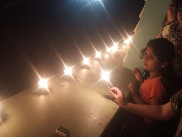 धनबाद के गोविंदपुर में घर के छत पर दिया जलाते बच्चे.. बच्चों से पूछने पर बताया कि प्रधानमंत्री की अपील है तो मानेंगे। इसलिए दीया जलाया है।