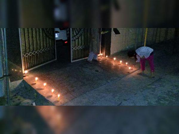 लुधियाना में अपने घर के बाहर दीप सजाती बच्ची।
