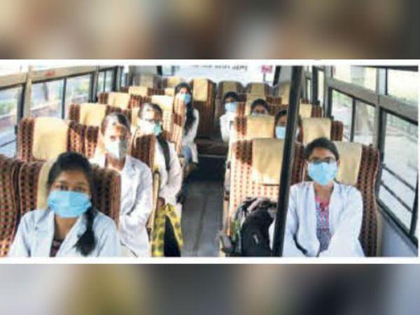 दवा देने के बाद जब सुधार हो गया, तब स्मार्ट सिटी की बसों को बुलाया गया। उसमें 12 लोगों को बैठाकर मालनपुर सीमा तक पहुंचा दिया गया। - Dainik Bhaskar