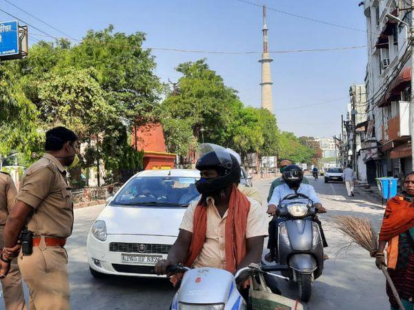 वाराणसी में लॉकडाउन के दौरान बाहर निकलने वाले लोगों से पुलिस ने सख्ती से पूछताछ की। यहां के 4 इलाके सीएल किए गए हैं। - Dainik Bhaskar