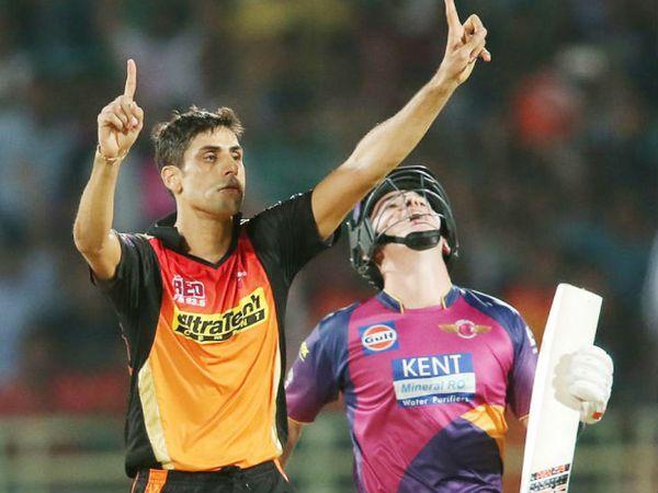 आशीष नेहरा ने अब तक आईपीएल के 88 मैच में 23.54 की औसत से 106 विकेट हासिल किए हैं। -फाइल फोटो - Dainik Bhaskar