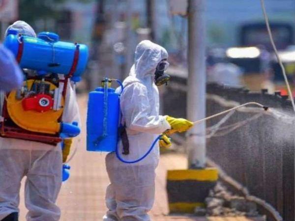 नोएडा में बुधवार को स्वास्थ्य कर्मियों ने दवा का छिड़काव किया। शहर में अब तक 58 मामले सामने आ चुके हैं। - Dainik Bhaskar