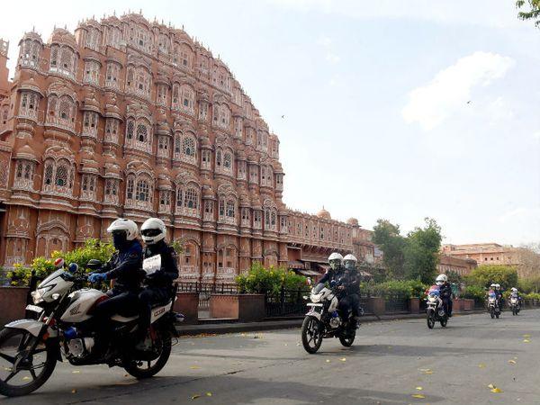 राजस्थान में सबसे ज्यादा संक्रमण के मामले जयपुर में आए हैं। यहां लॉकडाउन और सख्त किया गया है। बुधवार को यहां निर्भया स्क्वॉड ने फ्लैग मार्च निकाला।