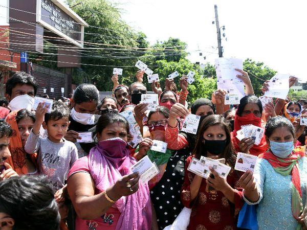 लॉकडाउन के बीच रोजमर्रा की जरूरतों का सामना मिलना मुश्किल हो रहा है। ऐसे में दिल्ली सरकार जरूरतमंदों को आधारकार्ड दिखाने पर मुफ्त में राशन दे रही है।