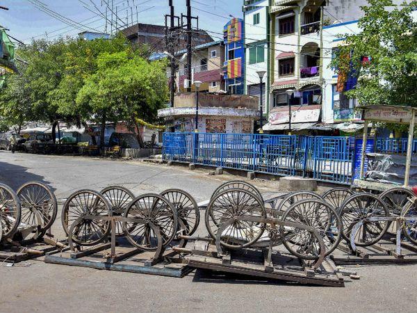 यह भोपाल का आजाद मार्केट है। यहां बैरिकेड की जगह हाथ ठेलों से ही रास्ता बंद कर दिया गया है। शहर में 3 दिन से टोटल लॉकडाउन है।