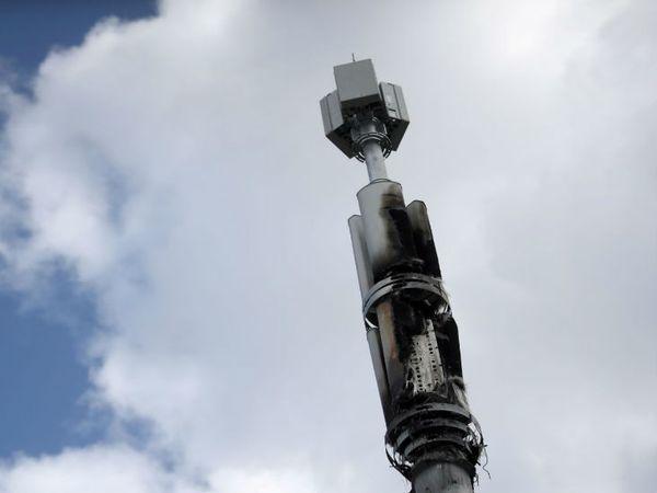 यह तस्वीर बर्मिंघम के बीटी टेलिकम्युनिकेशन कंपनी के टॉवर की है। कुछ लोगों ने इसे जला दिया। इनका कहना है कि 5 जी कनेक्टिविटी से कोरोना फैलता है। - Dainik Bhaskar