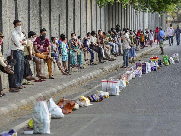 लॉकडाउन के चलते कई लोगों को भोजन मिलना मुश्किल हो गया है। ऐसे में सरकार और संस्थाएं इन्हें भोजन उपलब्ध करा रही हैं। दिल्ली में गुरुवार को भोजन के लिए लंबी कतार में लगे लोग। - Dainik Bhaskar