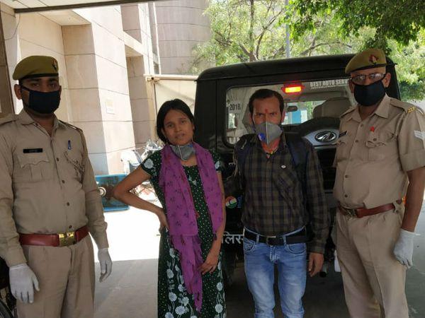 पीआरवी टीम के साथ दंपती। - Dainik Bhaskar