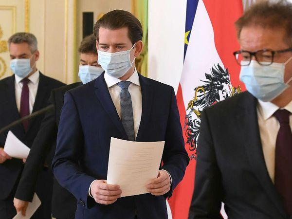 ऑस्ट्रिया के विएना में कोरोनावायरस को लेकर एक मीटिंग के दौरान बाएं से आंतरिक मामलों के मंत्री कार्ल नेहमर, वाइस चांसलर वर्नर कोगलर, चांसलर सेबेस्टियन कुर्ज और सामाजिक मामलों के मंत्री रुडोल्फ अंसचबर्ट।