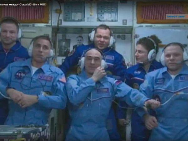 अंतरराष्ट्रीय स्पेस स्टेशन में मौजूद (पिछली कतार में बाएं से) एंड्रयू मॉर्गन, ओलेग स्क्रिपोचका और जेसिका मीर। इन तीनों के वापस आने के बाद अगली कतार में खड़े अंतरिक्ष यात्री आईएसएस में रहेंगे। - Dainik Bhaskar
