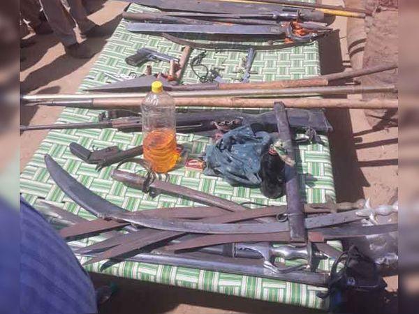 कमांडो ऑपरेशन खत्म होने के बाद गुरुद्वारे के अंदर से पुलिस को तलवारें और देसी पिस्तौल मिली। इसी पिस्तौल से हमलावर पुलिस पर फायरिंग कर रहे थे।