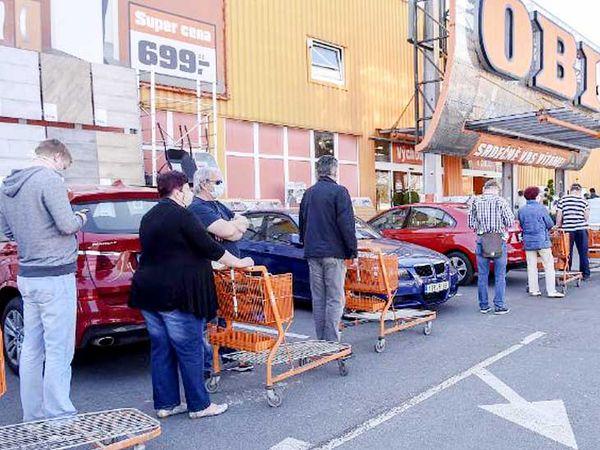 चेक रिपब्लिक के हैविरोव शहर में ढील के बाद खरीददारी करने पहुंचे लोग।