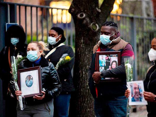 न्यूयॉर्क में अपने साथियों को श्रद्धांजलि देने के लिए हेल्थ वर्कर्स ने शोक सभा की।