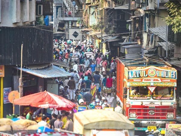 तस्वीर मुंबई के एक बाजार की है। सामान लेने की जद्दोजहद में लोग सोशल डिस्टेंसिंग को नजरंदाज कर रहे हैं। लिहाजा सरकार अब लॉकडाउन में सशर्त रियायत दे सकती है। - Dainik Bhaskar