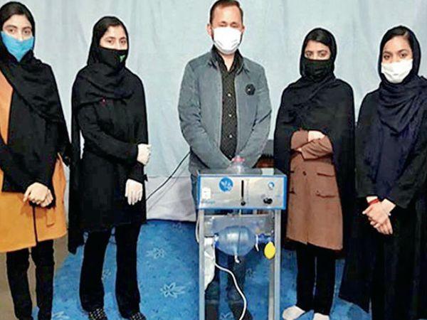 वेेंटिलेटर बनाने वाली टीम में पांच लड़कियां हैं, इनकी उम्र 14-17 साल के बीच है। इस डिवाइस को बनाने में मैसेचुसेट्स इंस्टीट्यूट ऑफ टेक्नोलॉजी ने इनकी मदद की। - Dainik Bhaskar