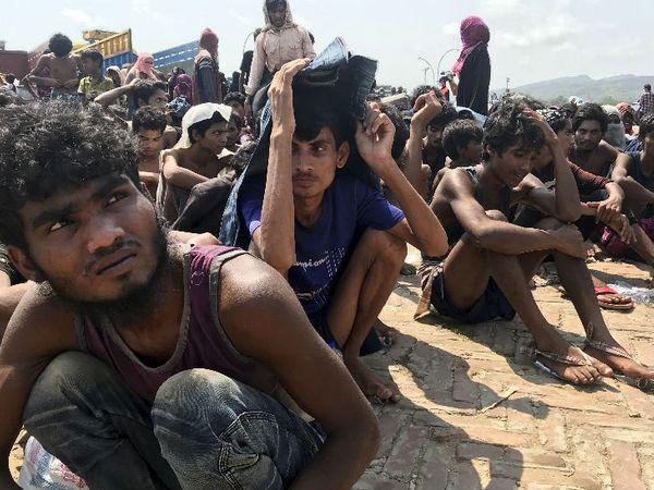 तकनाफ में मौजूद रोहिंग्या शरणार्थी। बांग्लादेशी कोस्टगार्ड ने इन्हें बचाकर तकनाफ में ही रखा है। - Dainik Bhaskar