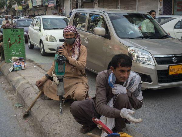 पाकिस्तान के रावलपिंडी में काम और भोजन के लिए सड़कों पर बैठे मजदूर। कोरोनावायरस के चलते काम न मिलने से इनकी हालत बदतर हो गई है। - Dainik Bhaskar