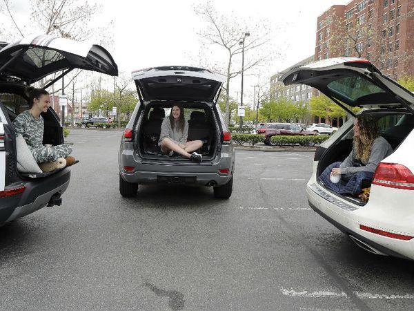तस्वीर अमेरिका के वॉशिंगटन की है। लॉकडॉउन में ढील के बाद जब तीन दोस्त मिलीं तो सोशल डिस्टेसिंग रखते हुए उन्होंने अपनी कार में बैठकर इस तरह बातें की। - Dainik Bhaskar