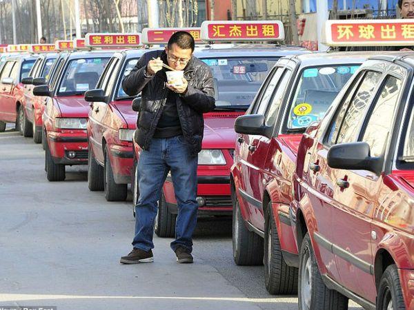 बीजिंग और शंघाई में भी आवाजाही के पीक टाइम पर सड़कें लगभग खाली हैं। इसका प्रमुख कारण भी टैक्सियों का इस्तेमाल लगभग खत्म हो जाना है। (फाइल फोटो) - Dainik Bhaskar