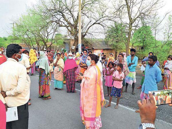 अनाज लूटने का प्रयास करने वाली महिलाअाें काे समझाते अधिकारी। - Dainik Bhaskar