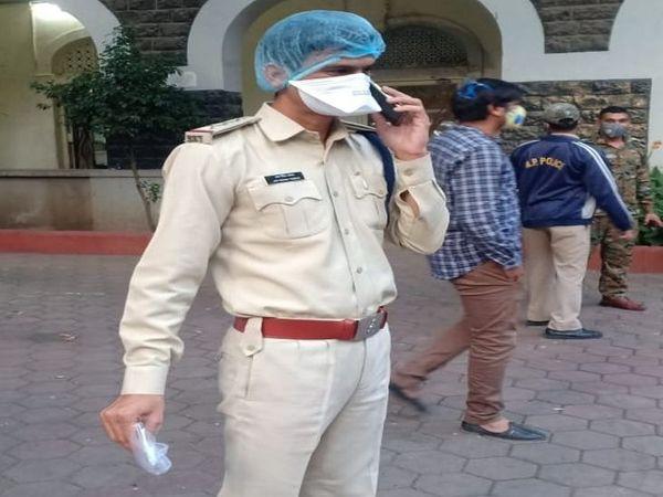 आरआई ने नोट को पॉलीथिन में सुरक्षित रखवाया। - Dainik Bhaskar