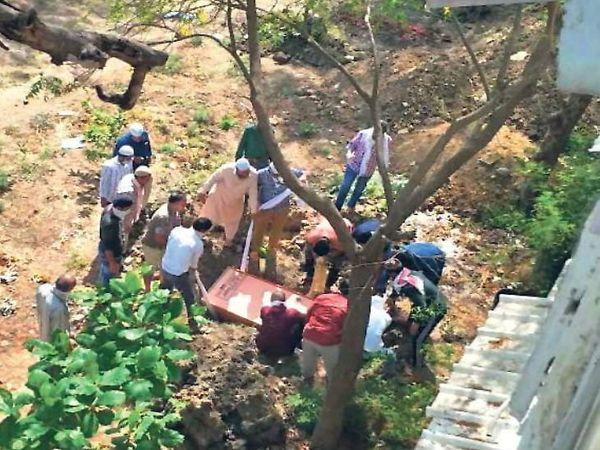 फोटो इंदौर के महू नाका कब्रिस्तान का है। दैनिक भास्कर की ही एक रिपोर्ट में सामने आया था कि इंदौर में कोरोना प्रभावित इलाकों के 4 कब्रिस्तानों में मार्च में 130 जनाजे आए थे, लेकिन अप्रैल के 6 दिनों में ही यहां 127 शवों को दफनाया गया। - Dainik Bhaskar