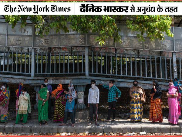तस्वीर दिल्ली की है। यहां सोशल डिस्टेंसिंग को भूलकर लोग खाने के लिए लाइन में लगे हुए हैं। लॉकडाउन की चलते दिल्ली में बड़ी संख्या में दिहाड़ी मजदूर बेरोजगार हो गए हैं। हजारों की संख्या में प्रवासी मजदूर यहां फंसे हुए हैं। - Dainik Bhaskar
