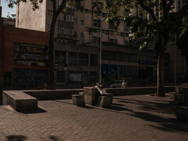 तस्वीर वेनेजुएला के काराकस शहर की है। यहां मार्च से ही लॉकडाउन है। इससे शहर में भुखमरी जैसे हालात हो गए हैं।