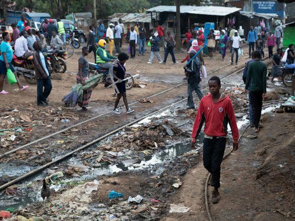 तस्वीर किबेरा की है। यह केन्या की राजधानी में स्थित देश का सबसे बड़ा स्लम एरिया है। यहां भुखमरी जैसे हालात हैं।