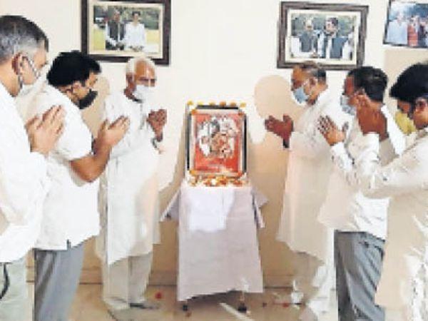 फरीदाबाद। जयंती पर भगवान परशुराम के चित्र पर पुष्प अर्पित करते लोग। - Dainik Bhaskar