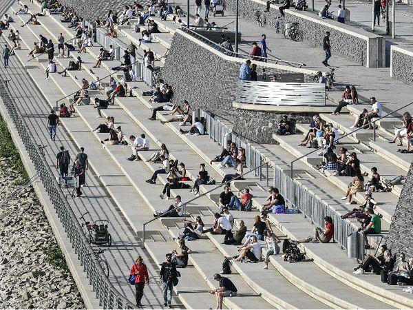 जर्मनी के कोलोन शहर में सोशल डिस्टेंसिंग के आदेश के बावजूद 27 अप्रैल को लोग एक साथ बैठे नजर आए।
