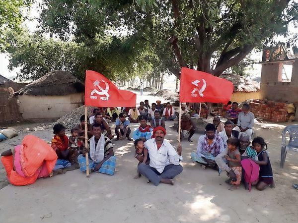 धोबनी गांव में धरना देते माले के कार्यकर्ता। - Dainik Bhaskar