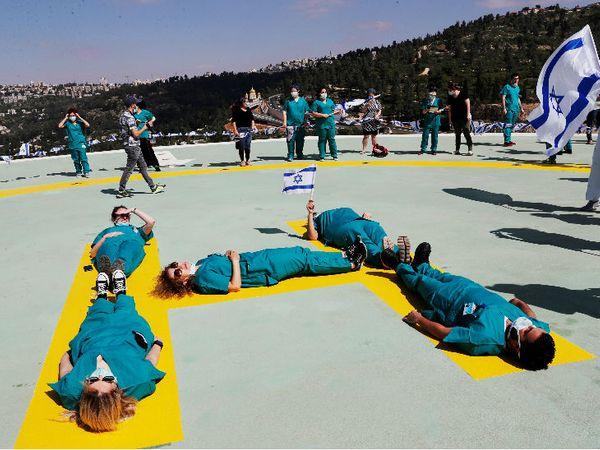इजराइल की 72वीं स्वतंत्रता दिवस पर करतब दिखातीं स्वास्थ्यकर्मी।
