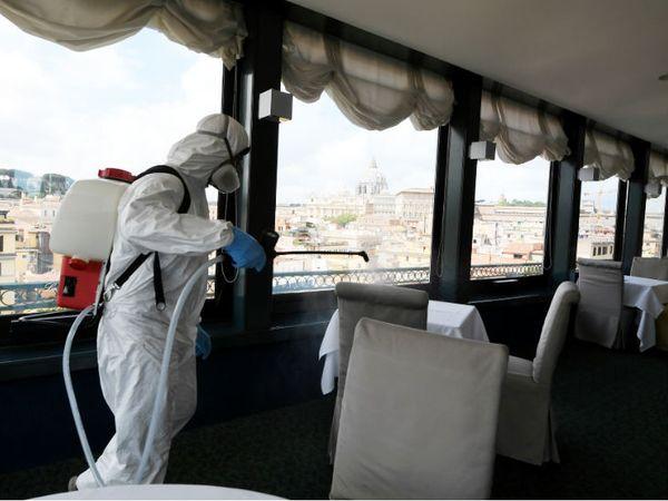 वेटिकन शहर में फोर स्टार होटल को डिसइन्फेक्ट करता सफाईकर्मी।