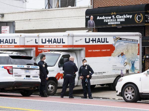 न्यूयॉर्क के ब्रूकलिन में एंड्रयू टी क्लेकली फ्यूनरल होम के पास मास्क पहनकर खड़े पुलिसकर्मी। राज्य में तीन लाख से ज्यादा संक्रमित हैं।