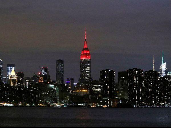 न्यूयॉर्क के मैनहटन स्थित एम्पायर स्टेट बिल्डिंग को महामारी से लड़ रहे स्वास्थ्यकर्मियों के लिए सजाया गया। अमेरिका में करीब 61 हजार लोगों की मौत हो चुकी है।