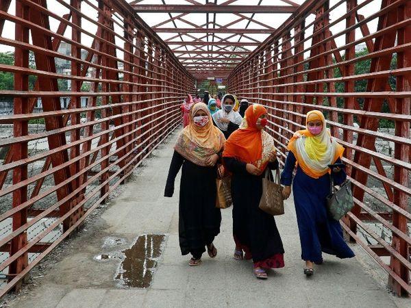 बांग्लादेश में काम पर वापस जाती महिलाएं। यहां बीते हफ्ते कुछ गार्मेंट फैक्ट्रियां दोबारा शुरू की गई हैं।