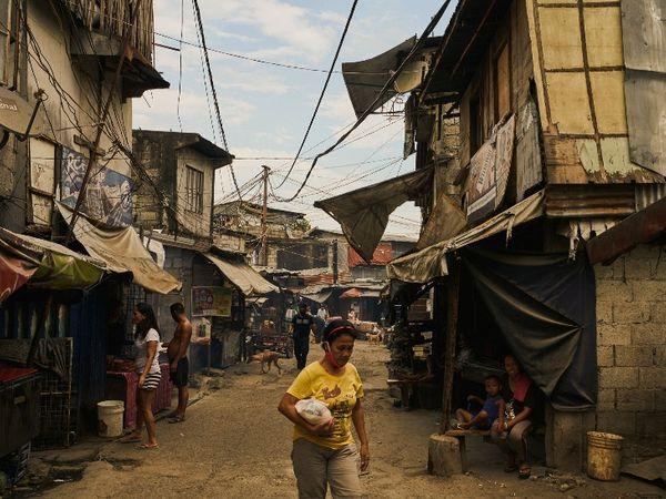 फिलीपींस में झुग्गियों में रहने वाले दिहाड़ी मजदूरों को काम नहीं मिल रहा है। यहां कई परिवार दूसरे देश से भेजे जाने वाले पैसों पर निर्भर हैं।