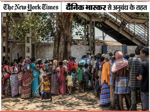 मुंबई में खाने के लिए लाइन में लगे मजदूर। लॉकडाउन के कारण यहां बड़ी संख्या में दूसरे राज्यों के मजदूर फंसे हुए हैं। - Dainik Bhaskar